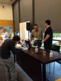 Pedro Alonso ayuda a participantes a ver micorrizas por microscopio