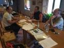 Técnicos de la Fundació Integra Pirineus, de Ecafir y de la Fundació Catalunya-La Pedrera planificando la jornada de marcaje sobre el terreno