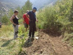 Jornada de voluntariado para crear una nueva charca en la plantación de manzanos en Alinyà